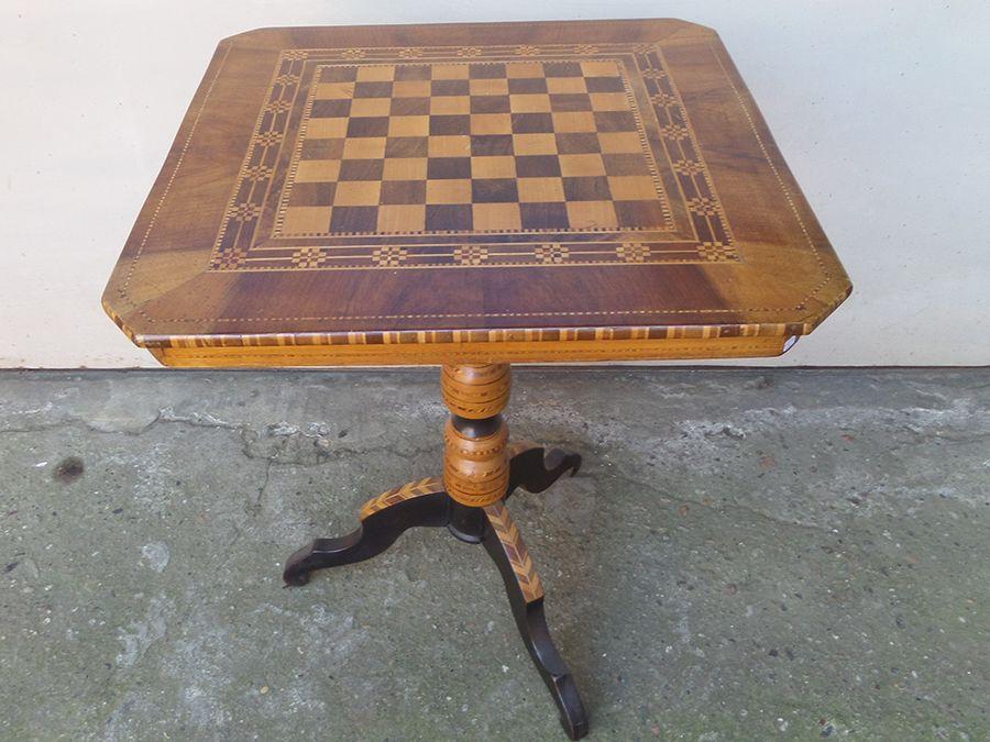 Tavolino Italiano Intarsiato In Varie Essenze Con Disegno A