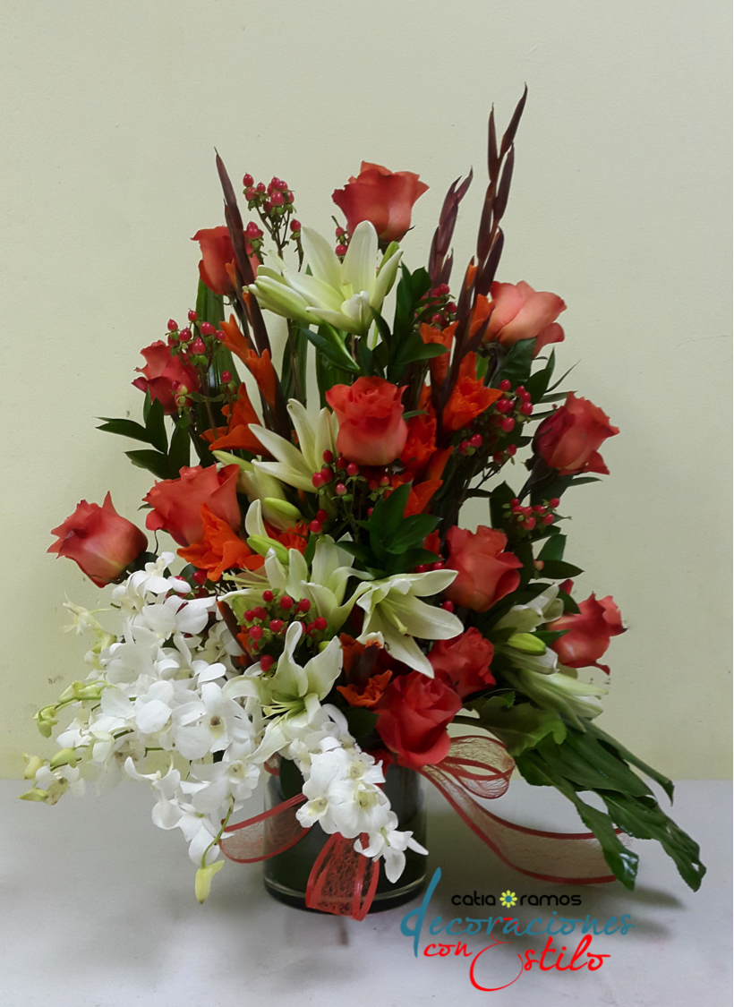 Arreglo floral con rosas anaranjadas flores naturales y - Arreglo de flores naturales ...