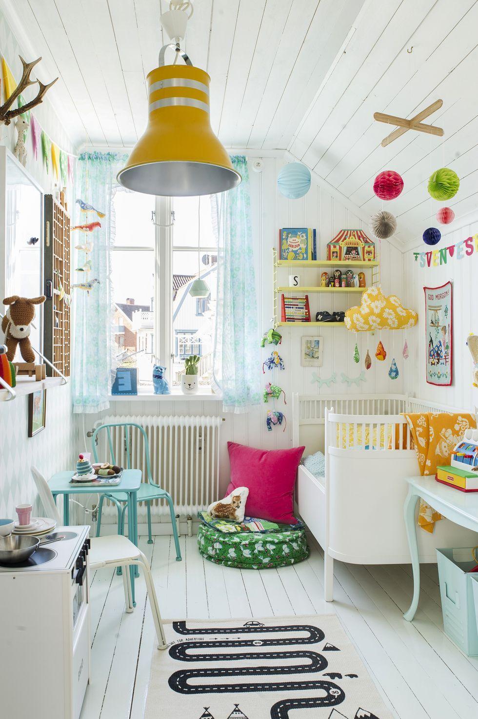 Chambre enfant fille blanche mais très colorée dans ses accessoires ...