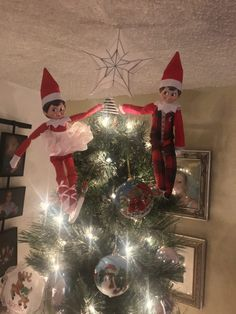 last minute elf on the shelf ideas last minute elf on the shelf elf on the shelf ideas for the busy mom Elf On The Shelf - Easy Ideas For Busy Parents easy elf on the shelf ideas creative elf on the shelf ideas favorite elf on the shelf ideas ideas for two elves on the shelf elf on the shelf - two elves #easyelfontheshelfideaslastminute