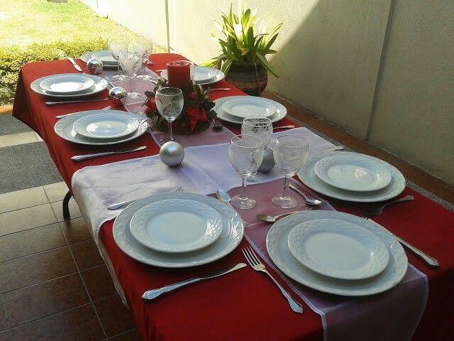 Mantel rectangular rojo y caminos de mesa en organza blancos A\G
