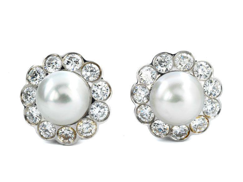 Durchmesser: ca. 1,5 cm. Gewicht: ca. 7,8 g. Platin. Klassisch-elegante Ohrringe mit feinen, boutonförmigen Naturperlen, im Durchmesser ca. 8,5 bzw. 8,6 mm,...