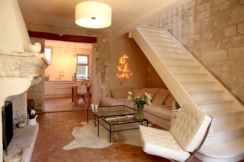 Salon lumineux et un beau mur en pierre apparente decor - Salon lumineux ...