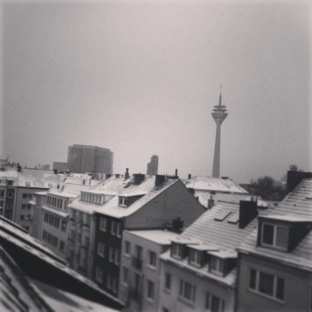Schneefall und Glatteis in #duesseldorf. Wäre heute kein Heimspiel der #Fortuna - ich würde drinnen bleiben ;-) #winter in der Stadt., via Flickr.