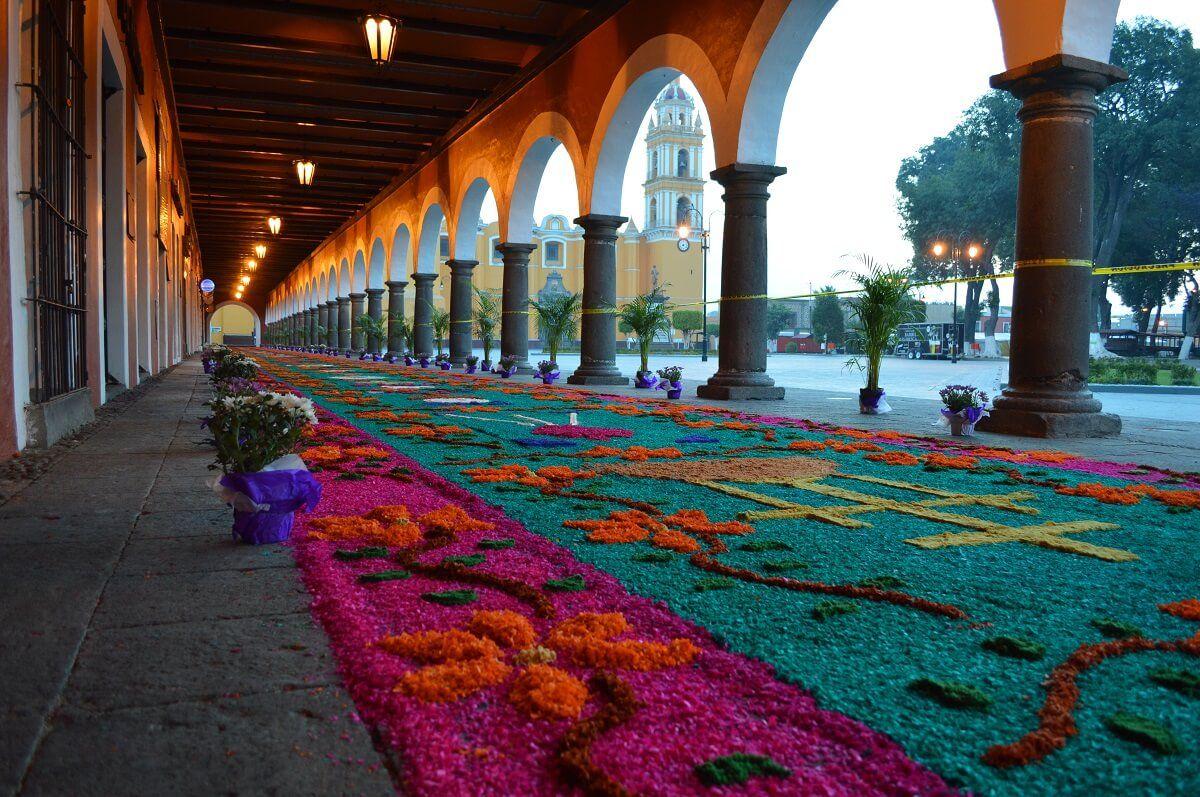 Los portales de Cholula son adornados en semana santa.