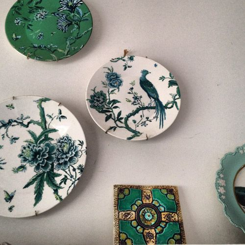 Shannon Fricke S Kitchen Near Byron Bay Read More On The Temple Webster Blog Blue Green Plate Display Jasper Conran Decor Green Plates Plates On Wall