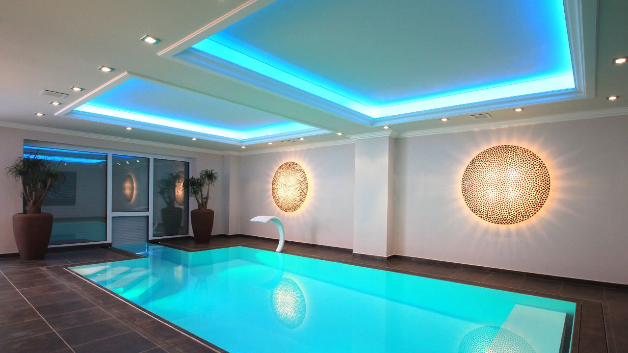Schwimmbadbauer Www Arosa Gmbh De Indirekte Beleuchtung Farbenspiel Schwimmbader Fitnessraum Zu Hause Pool Spa