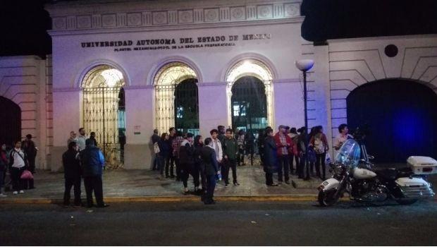 En otro episodio de violencia en una escuela, un alumno de lapreparatoria número 2de la Universidad Autónoma del Estado de Méxicoagredió a cinco de sus compañeros con un hacha y también lanzó una bomba molotoval interior de las instalaciones.Un reporte de la Procuraduría de Justicia del Estado de México refiere que al menor de 16 …