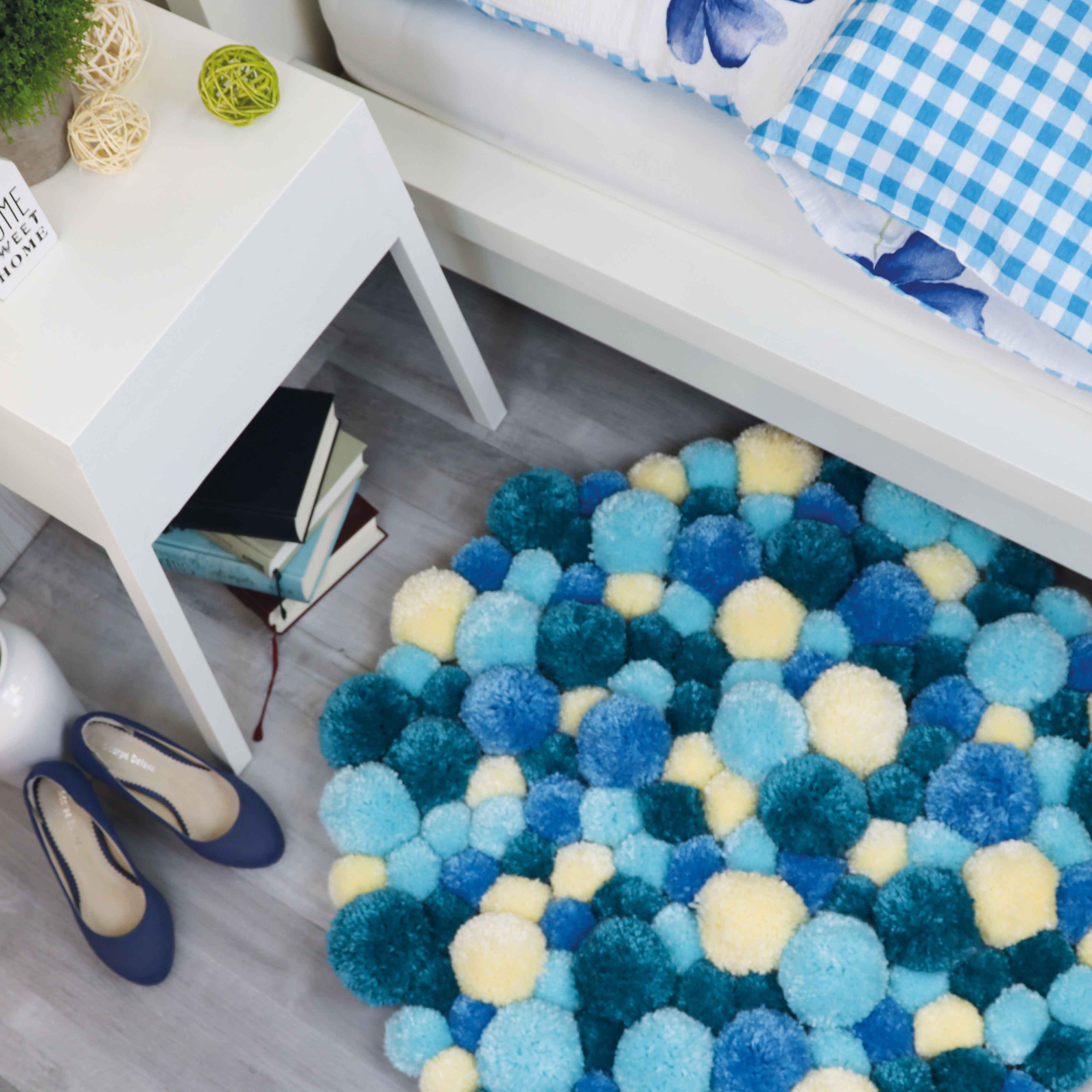pompom teppich in verschiedenen blaut nen selber machen detallierte step by step anleitung. Black Bedroom Furniture Sets. Home Design Ideas