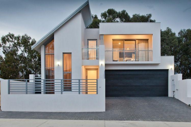 Modernes haus mit wei er fassade und garage terrassen for Modernes haus fassade