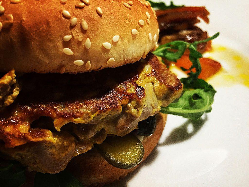Hamburguesa de atún rojo con encurtidos, una receta sencilla para los amantes del pescado y para los que les cuesta un poco más consumirlo, sobre todo los peques. koketo.es/portfolio/hamburguesa-atun-rojo-encurtidos #burguer #hamburger #hamburguesa