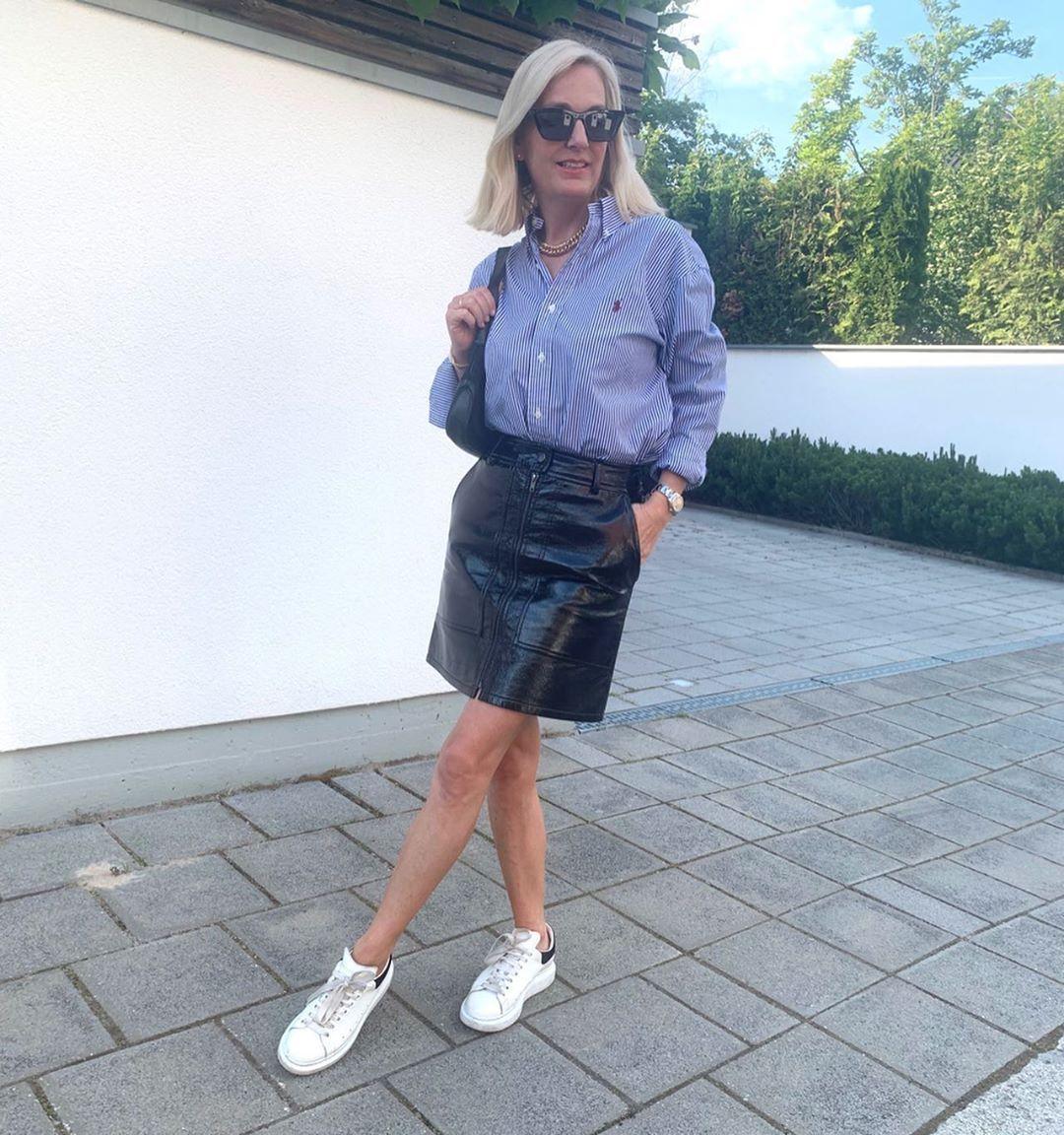 MEN'S SHIRT  Werbung/Ad  Blau-weiß gestreifte Blusen im  Herrenhemden-Look sind hip. Ich mag sie besonders gerne zu coolen Lederröcken. #mensshirt  #gestreiftebluse #casualstyle #vinylrock #leatherskirt #styleoftheday #favoritstyle #ootdshare #streetstyle #styleiswhat #instafashionista #fashionpost #todaysoutfit #luxurystreetwear  #urbanstreetstyle #stylish #streetwearfashion #outfitpost #ootd #lookoftheday #currentlywearing #wiwtoday #ü40blogger #ralphlauren #classy #preppystyle #coolstyle #sne
