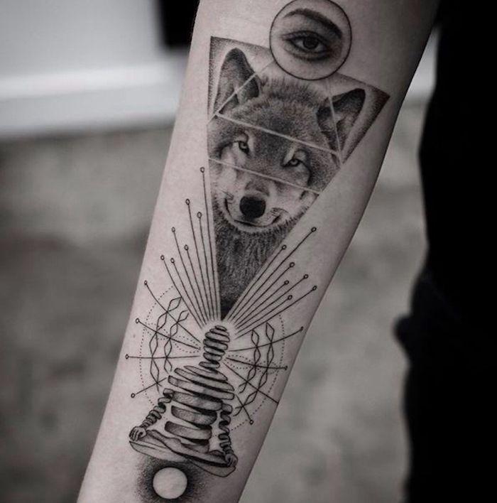 signification tatouage, dessin sur le bras à motifs zen, tatouage tête de  loup dans