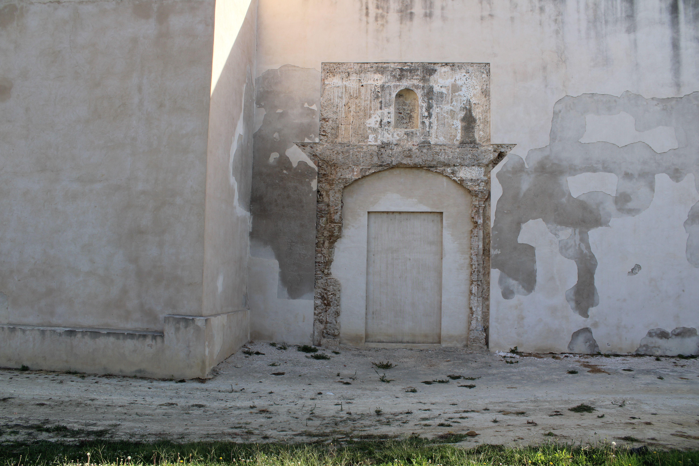 castillo de San Romualdo de San ferando, detalle de una puerta y de su lamentable estado