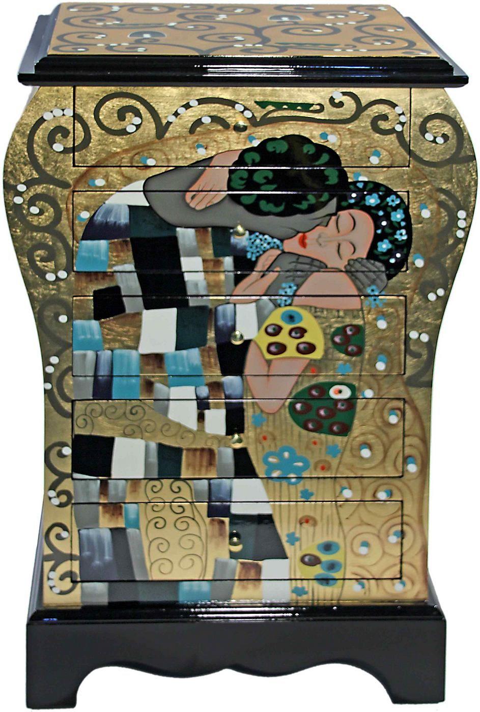 Eine hochwertige und eindrucksvolle Serie des Künstlers Gustav Klimt. Als Vorlage für die stimmungsvolle Kommode mit 5 Schubkästen diente Klimts berühmtestes Gemälde »Der Kuss« aus seiner »goldenen Periode«. Die Stücke sind in liebevoller Handarbeit mit Goldfolie belegt und bemalt. Jedes Stück der Serie ist somit ein unverwechselbares Einzelstück. Die dekorative Kommode ist aus MDF gefertigt un...