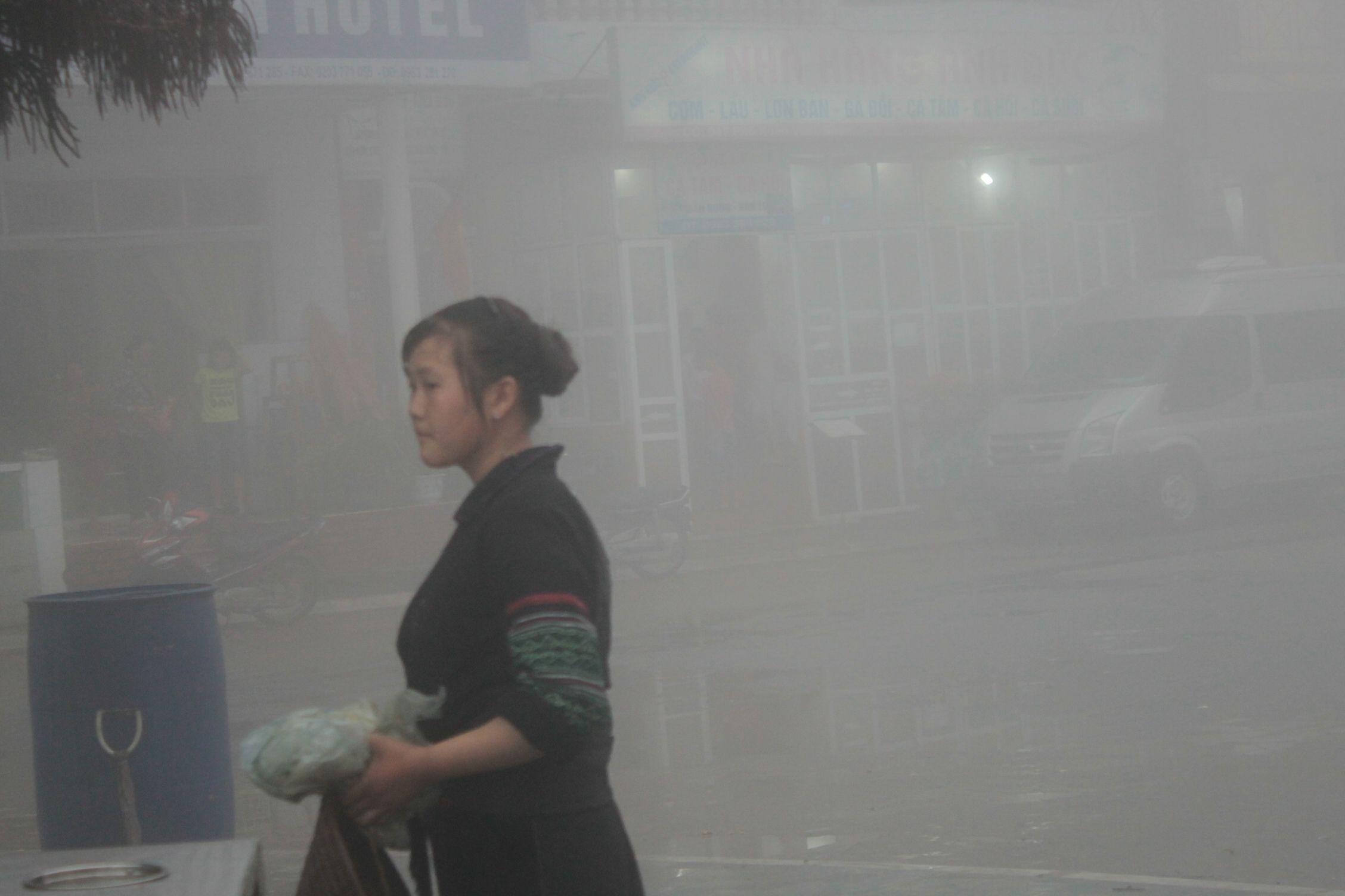 Mujer H'mong tras la niebla, Sapa