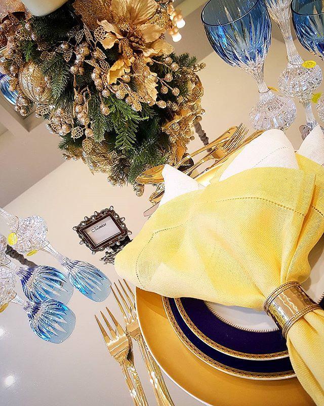 Dourado e azul formam a composição desta maravilhosa mesa com porcelana Vista Alegre Brest, um espetáculo! #golden #blue #vistaalegre #porcelana #mesaposta #decor #recebercomcarinho #receberbem #recebercomcharme #amoreceber #recebercomamor #natal #nataldaamare #amarepresentes