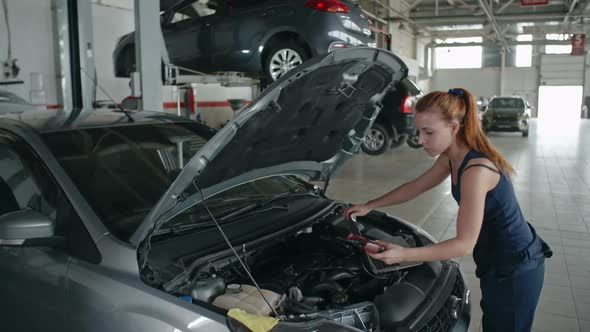 Lady Mechanic Working In Car Service Woman Mechanic Mechanic Cars Movie