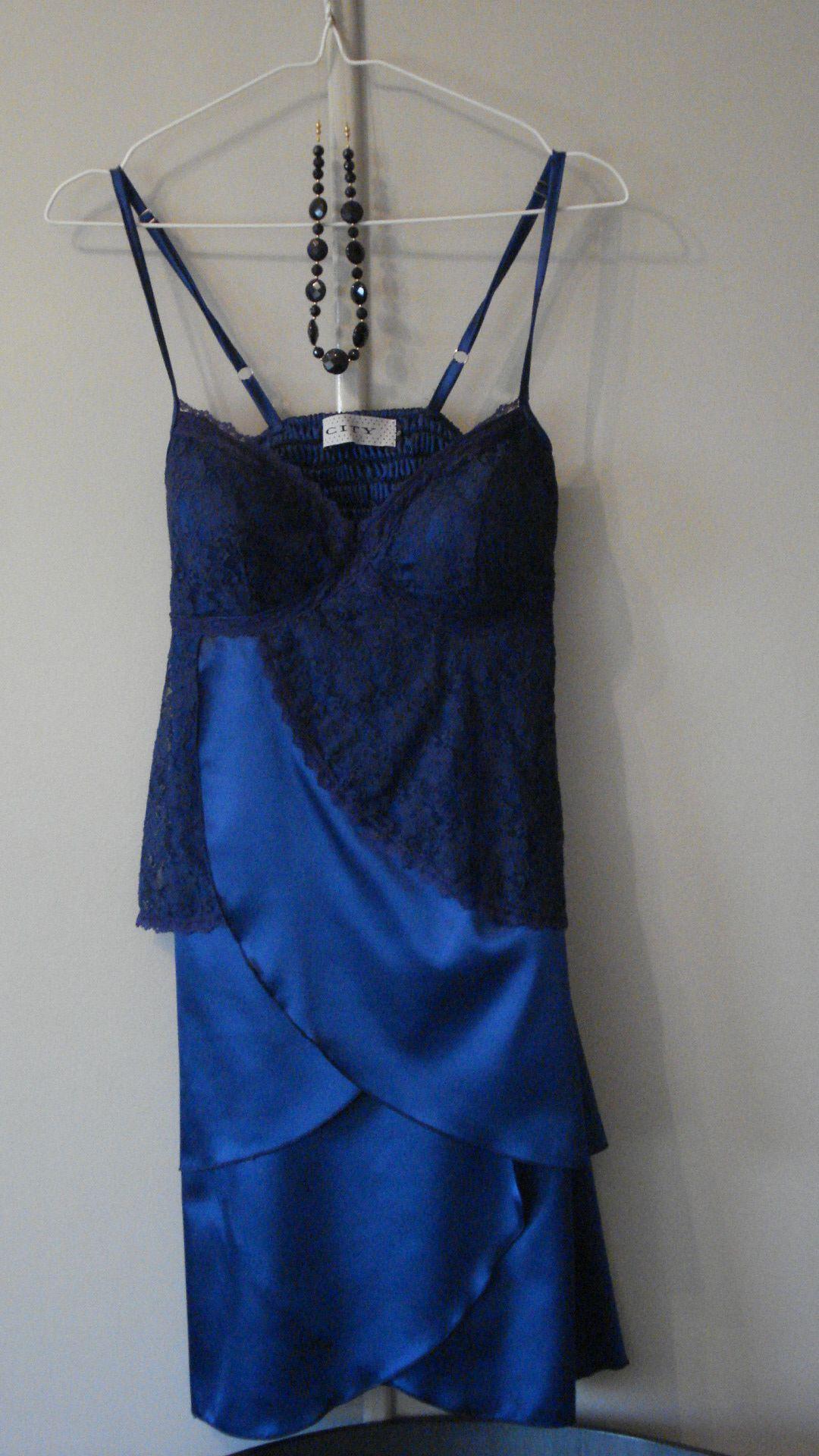 Vestido de seda Azul con detalle bordado en azul. City, Buenos Aires.