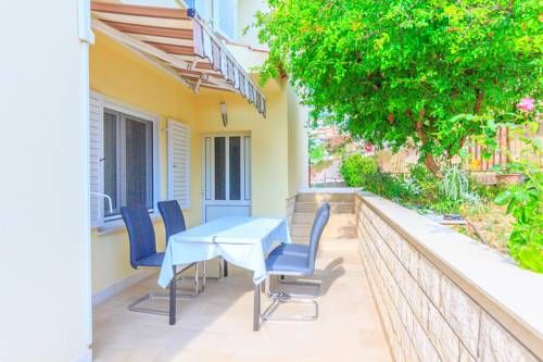 Apartments Peric Podstrana Situated in Podstrana, Apartments Peric offers a garden and barbecue. Strozanac Port is 700 metres away. Free WiFi is offered and free private parking is available on site.
