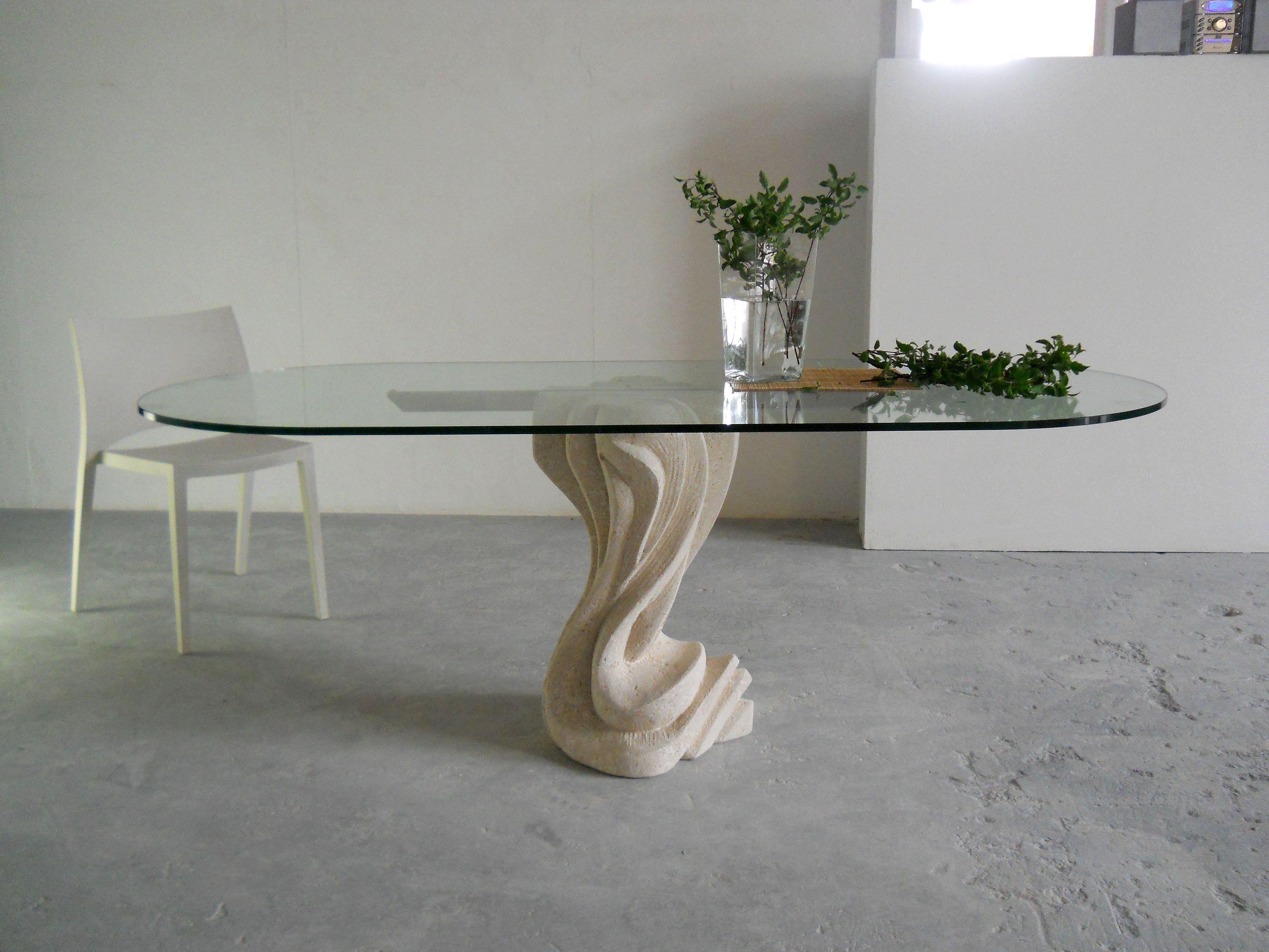 Tavolo Ovale Design : Tavolo ovale in pietra con piano in cristallo dal design moderno