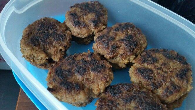 Mini hamburgertjes (omdat ze plat sneller gaar zijn dan balletjes, haha!)