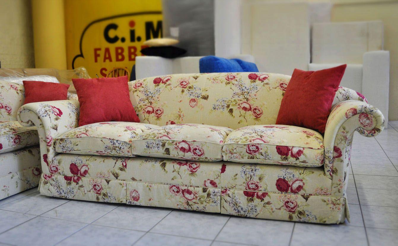 Divano classico in tessuto a fiori su misura e su progetto cliente divani su misura nel 2019 - Divano classico tessuto ...