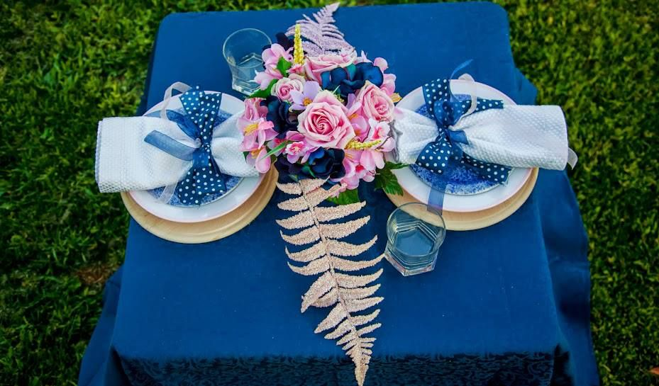 Navy Blue Tablecloth, Blue Poco Dot Bow Napkins, Pink Roses, White Napkins, Cutting Board Plate Setting Photography:  Mariana Feely