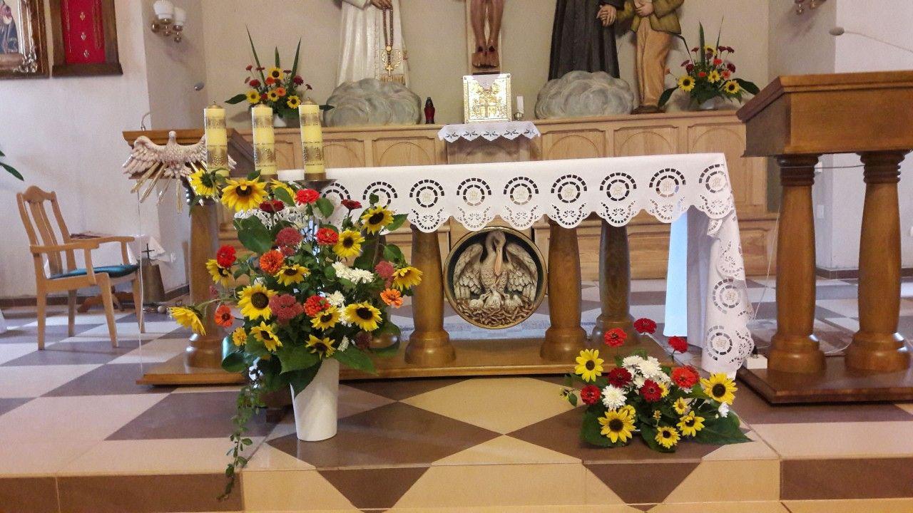 Dekoracja Oltarza Z Slonecznikow I Cyni Table Decorations Decor Home Decor