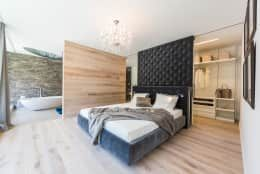 Deses Schlafzimmer En Suite Von Die HausManufaktur GmbH Vermittelt Ein  Großzügiges Raumgefühl