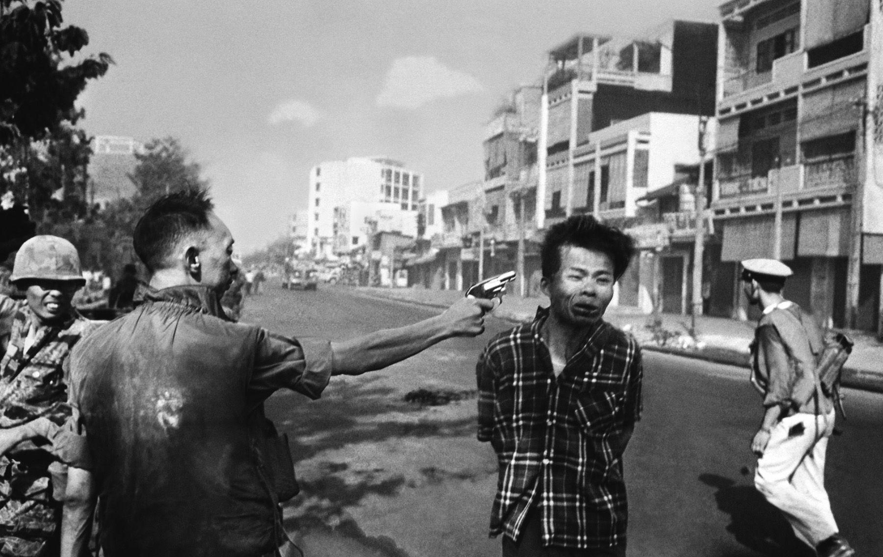 En esta fotografía se puede ver cómo general Nguyen Ngoc Loan, ejecuta a sangre fría disparando a Nguyen Van Lem, quién muestra el doloroso momento de la muerte en su rostro.  Esta imagen, dio la vuelta al mundo. Nguyen Van Lem, el ejecutado, no era un ciudadano cualquiera, sino un miembro activo del Vietcong. http://recuerdosdepandora.com/historia/la-historia-tras-la-ejecucion-de-saigon/