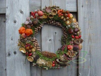#Bloemschikken #krans dennenappels herfst vruchten http://www.pompoenzaden-decoshop.nl/
