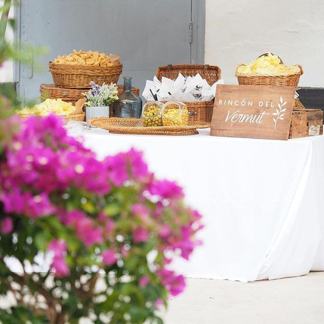 Nosotros cargamos pilas los lunes...boda P&C!  #masiasanantoniodepoyo #noviosguapos #decowedding #rincondelvermu #buganvilla