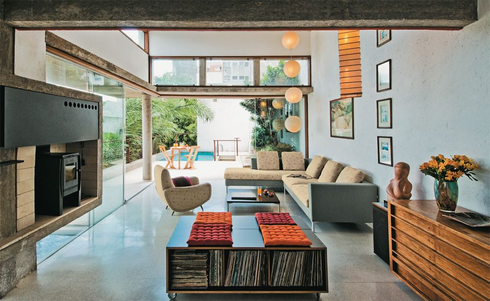Casa em São Paulo mantém a cidade a seus pés. O terreno difícil se tornou o maior aliado deste projeto em São Paulo.
