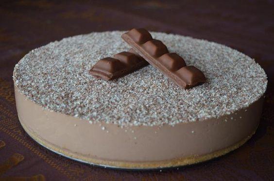 ¿Conoces las chocolatinas llamadas Kinder Bueno? Mira qué tarta comparten desde el blog LOS MUNDO DE NOE. ¡¡Leva esos dulces entre sus ingredientes!!