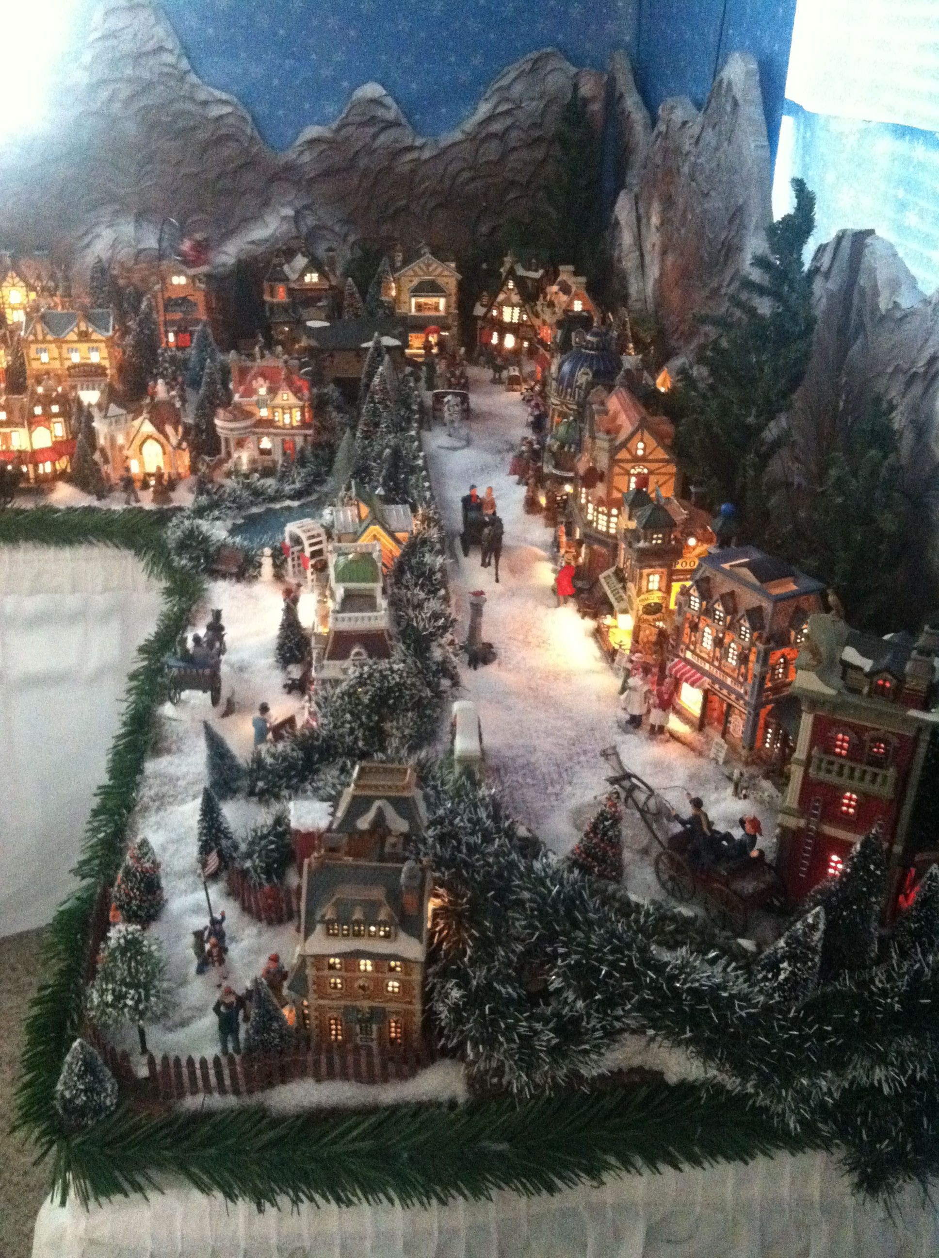 Department 56 Dickens Village Display Ideas - 2011 christmas town no info like the green garland around edge of table