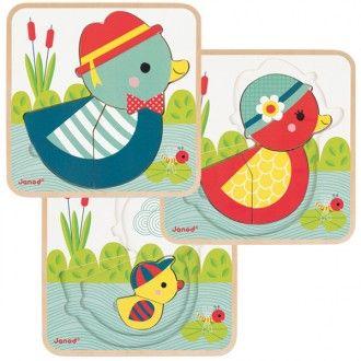 ¡3 puzzles en 1! Este original puzzle de madera de Janod tiene 3 niveles con una familia de patitos como protagonista. En el nivel 1 esta el papá pato con 4 piezas. En el nivel 2 está la mamá pato con 3 piezas y en el nivel 3, está el hijo patito con 2 piezas.  Edad: De 2 a 4 años