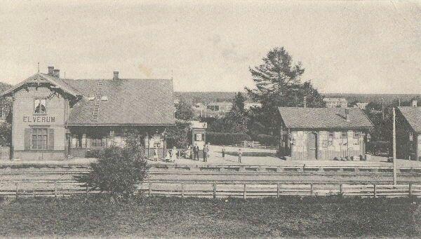Hedmark fylke Elverum Den første jernbanestasjonen i Elverum ved Gamlebrua. Hamar- Grundset banen ble åpneti 1862. Kortet er ikke datert, men bilde bør være omkring år 1900. Dagens stasjon kom 10 år seinere