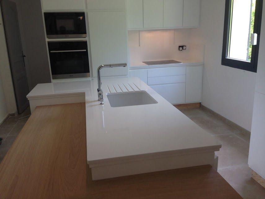 Plan de travail cuisine Quartz Blanc Cuisine conçu par Inspirations d'Intérieurs / Maryline Montion @InspirationsMMG Réalisations des plans de travail par Marbrerie Daubinet