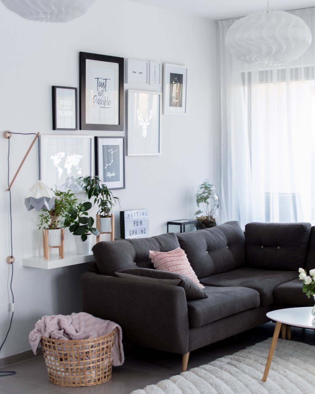 Dieses wohnzimmer ist ein wahr gewordener scandi traum ein gemütliches sofa