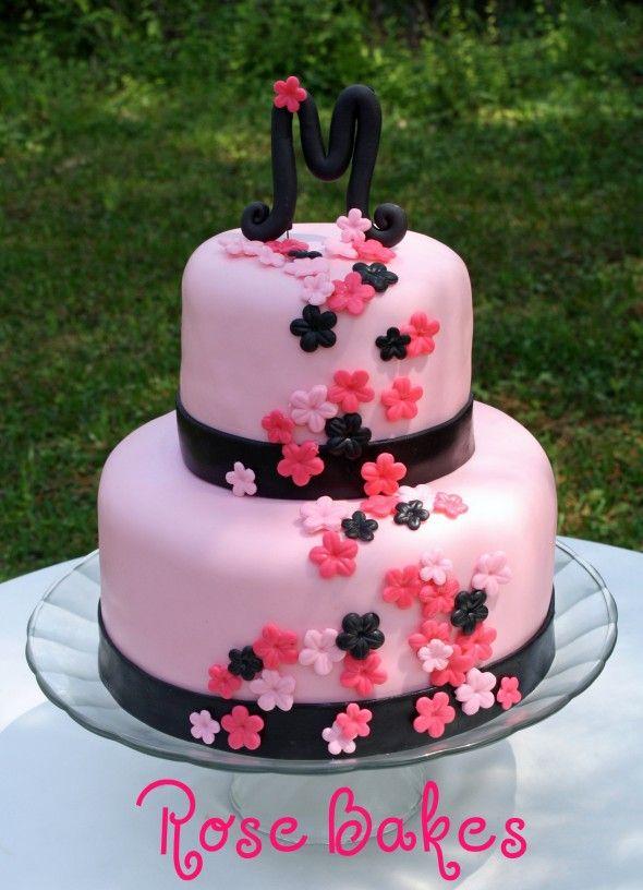 Bolo cor-de-rosa com flores