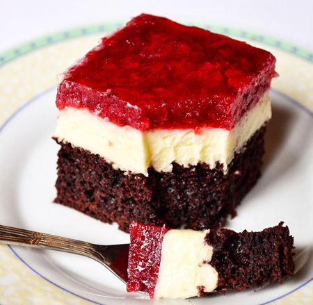 Prajitura Cu Blat De Cacao Crema De Vanilie Si Jeleu De Capsuni Este Rafinata Aromata Si Nemaipomenit De Savuroas Baking Recipes Sweets Recipes Homemade Cakes