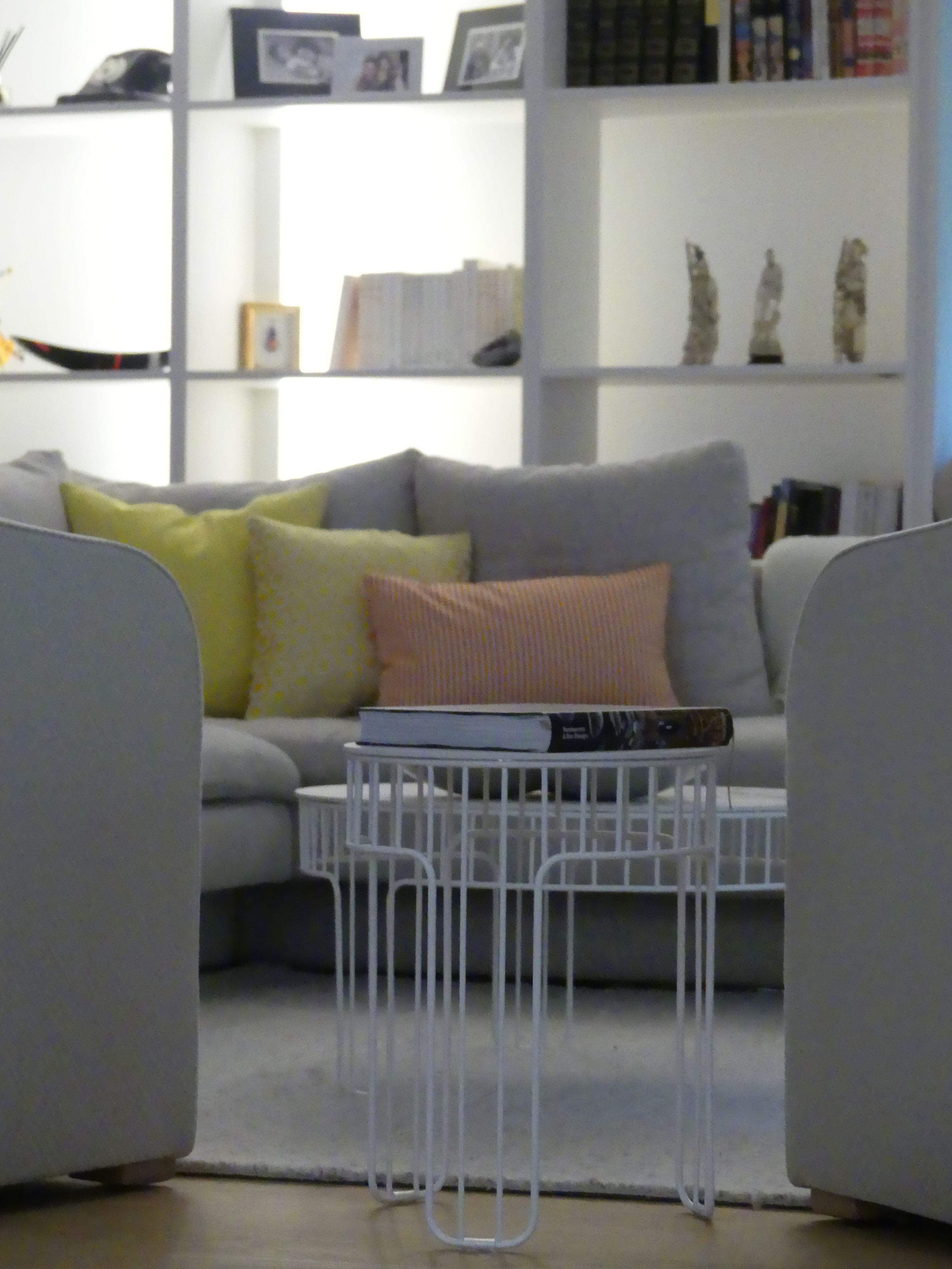 Salon graphique, filaire, dans une chromatique gris, citron et nude ...