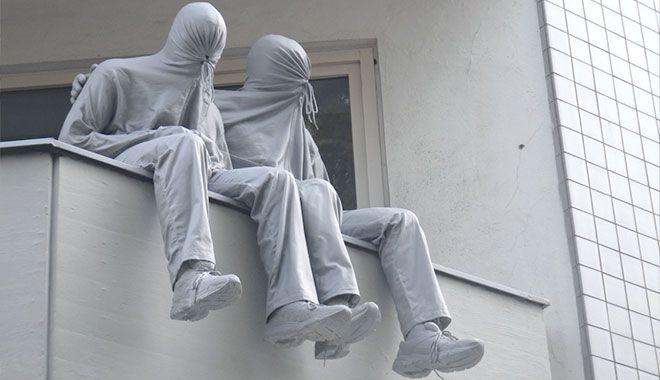 Mark Jenkins è un artista americano conosciuto per le sue installazioni, trasforma lo spazio urbano delle grandi metropoli nella sua personale galleria espositiva.