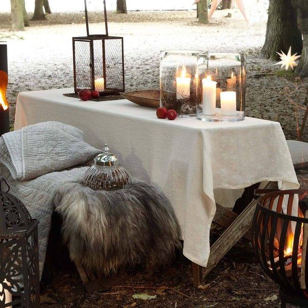 einfach immer passend: weiße Tischdecke, z. B. Lin von Pichler. http://shop.nk-bielefelderwaesche.de/Tisch/Tischdecken/Leinen-Tischdecken/Leinen-Tischdecken-Lin-von-Pichler.html