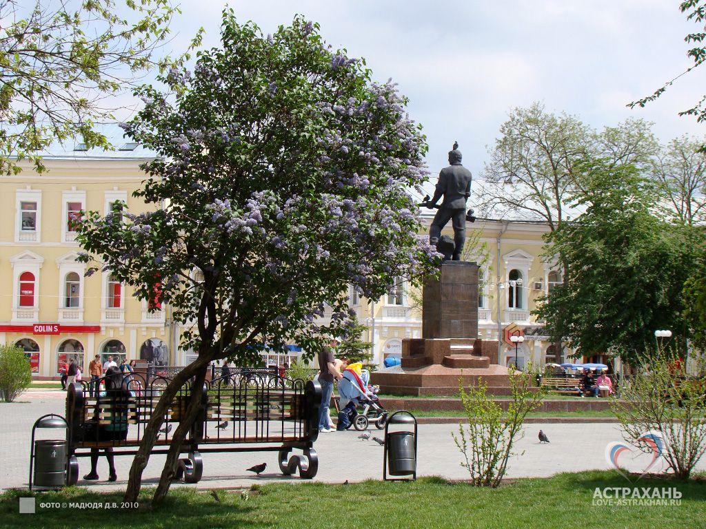 Братский сад в Астрахани это небольшой сквер в котором оставили след многие исторические события... Изначально главная площадь Белого города, затем Плац-парадная а позднее Губернаторский сад... Подробнее о истории на http://www.love-astrakhan.ru/sgt.php?tag=300 #Astrakhan #astrakhan #Russia #russia #history  #architecture