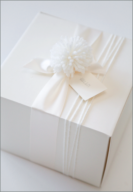 I D Use Something Other Than That Yarn And Pompom But I M Loving The All White Idea Creative Gift Wrapping Wedding Gift Wrapping Christmas Gift Wrapping