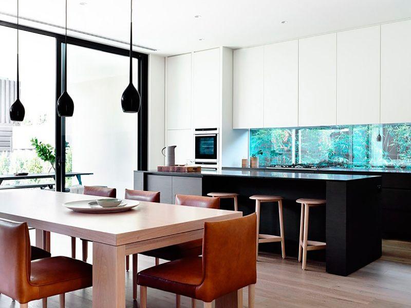 Schwarz-weiße Küche mit Aquarium und Essplatz Firmenküche - ideen wandgestaltung küche