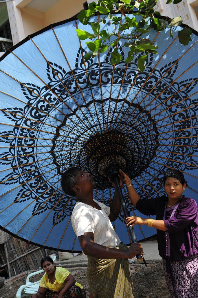 erlebe selbst wie sonnenschirme von hand in myanmar. Black Bedroom Furniture Sets. Home Design Ideas
