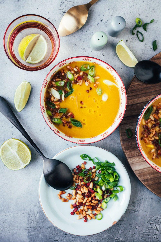 Goldene Blumenkohlsuppe mit Knusperschinken und Pinienkernen. In 20 schlanken Minuten auf dem Tisch!